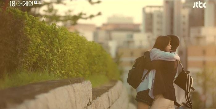 Chuyện tình Shi Ah và Ji Ho cũng dễ thương không kém chuyện tình của bố mẹ