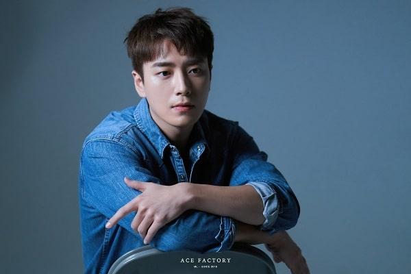 Diễn viên Lee Joon Hyuk