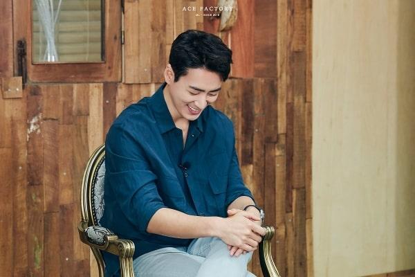 Lee Joon Hyuk ngại ngùng